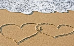 Summer-Time-Lovers-Beach-Wallpaper-520x325